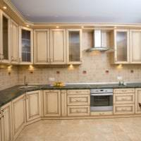 светлый интерьер бежевой кухни в стиле шебби шик картинка