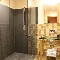 яркий декор ванной комнаты с душем в светлых тонах картинка