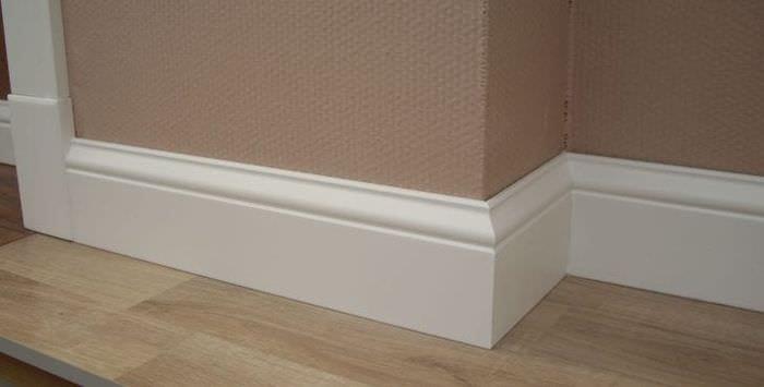 белый плинтус из пластика в интерьере дома