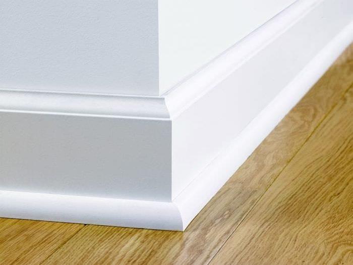 светлый плинтус из лдф в интерьере комнаты