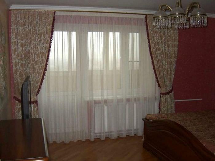 светлый полиэстеровый тюль в интерьере спальни