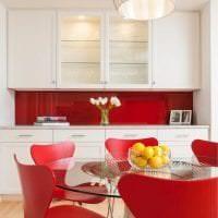 светлый интерьер белой кухни с оттенком розового фото