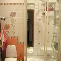 яркий декор ванной комнаты с душем в ярких тонах картинка