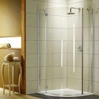 яркий интерьер ванной комнаты с душем в светлых тонах фото