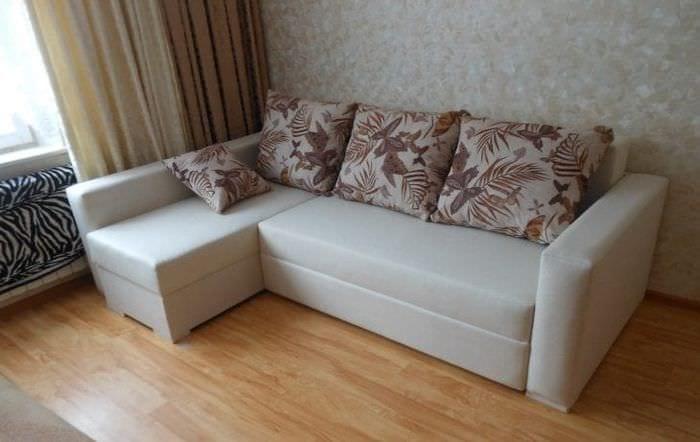 кожаный угловой диван в стиле квартиры