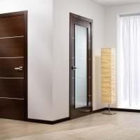 темные двери в стиле дома из ореха картинка