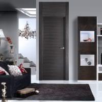 темные двери в дизайне прихожей из сосны картинка