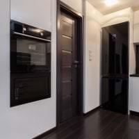 темные двери в декоре прихожей из красного дерева фото