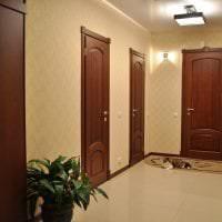 темные двери в интерьере коридора из сосны картинка