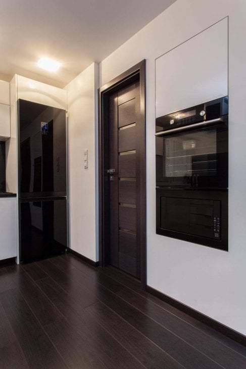 темные двери в интерьере дома из ореха