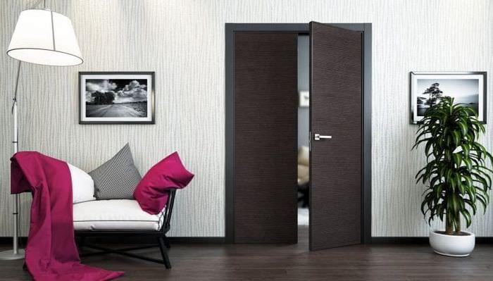 темные двери в декоре квартиры из сосны