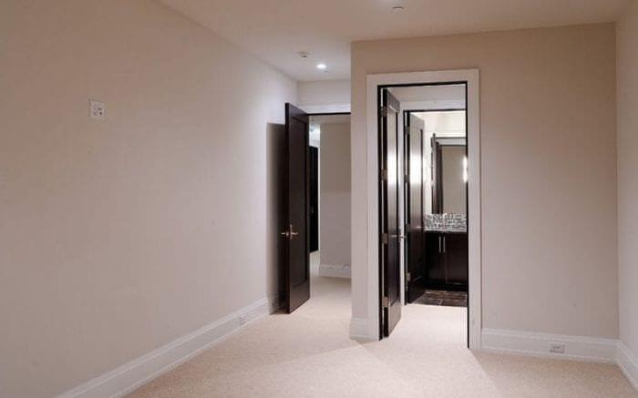 темные двери в стиле гостиной из красного дерева