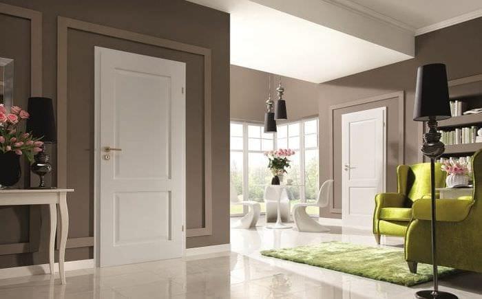темные двери в дизайне прихожей
