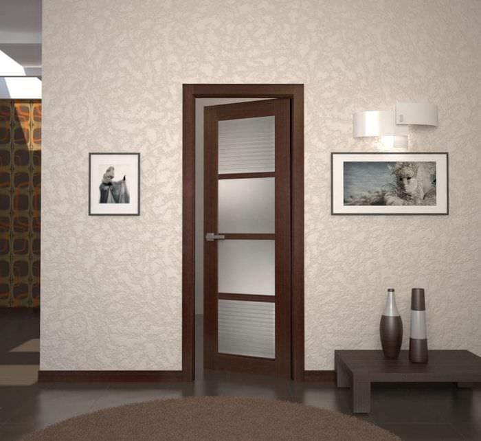 темные двери в дизайне коридора из красного дерева
