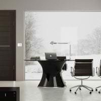 темные двери в декоре гостиной из сосны фото