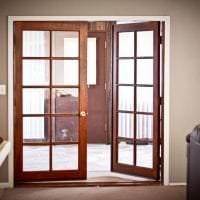 темные двери в декоре кухни из красного дерева фото
