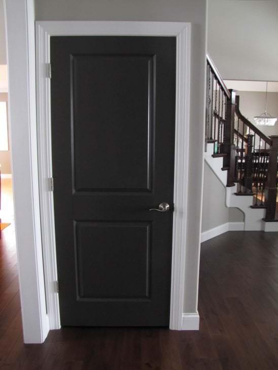 темные двери в дизайне кухни из красного дерева
