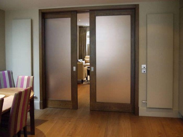 темные двери в декоре коридора из сосны
