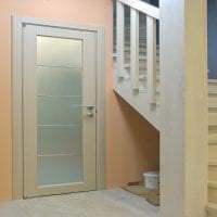 яркие двери в дизайне прихожей картинка