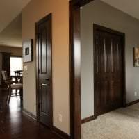 темные двери в дизайне коридора из дуба картинка