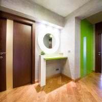 темные двери в интерьере кухни из красного дерева фото