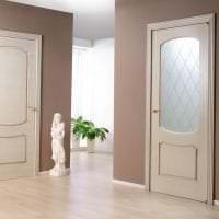темные двери в интерьере спальни картинка