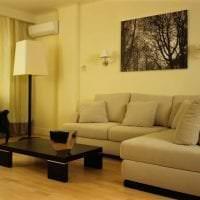 светлый угловой диван в интерьере квартиры картинка