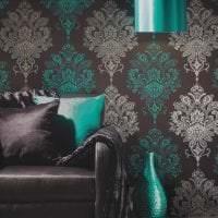 красивые темные обои в интерьере гостиной картинка