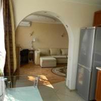 светлая арка в интерьере гостиной картинка