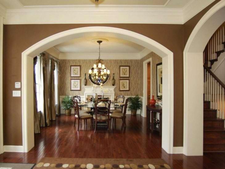 яркая арка в интерьере коридора