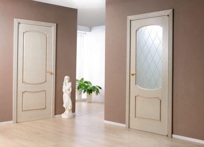 светлые двери в интерьере гостевой