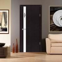 темные двери в интерьере гостевой картинка
