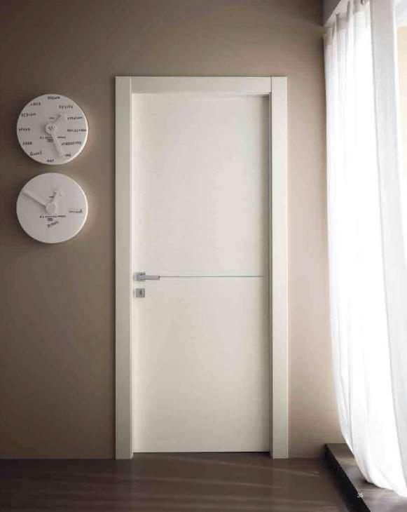 белые двери в интерьере с оттенком лимонного