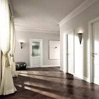 светлые двери в интерьере с оттенком коричневого картинка