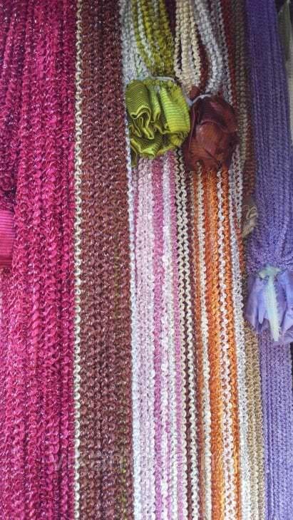 цветные шторы нити в интерьере коридора