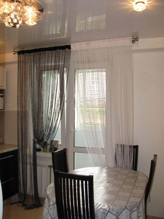 яркие шторы нити в интерьере кухни