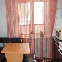 необычные шторы нити в интерьере кухни фото