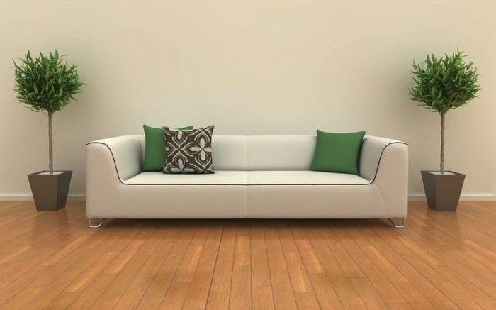 яркий диван в дизайне коридора
