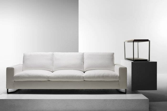 светлый диван в интерьере спальни