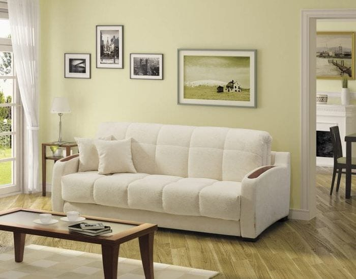 яркий диван в дизайне спальни