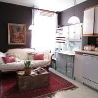 яркий диван в интерьере гостиной картинка