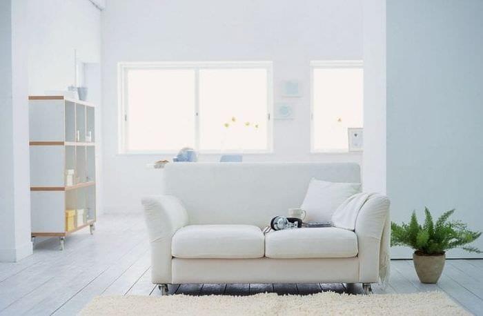 светлый диван в стиле спальни