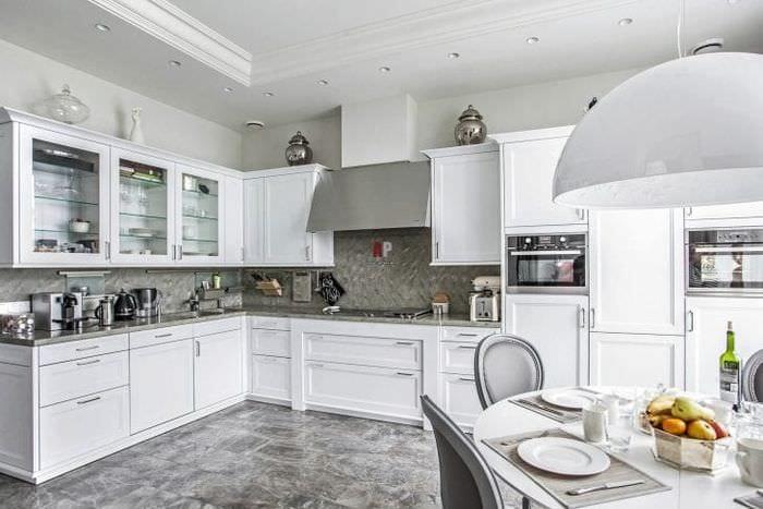 яркий стиль белой кухни с оттенком голубого