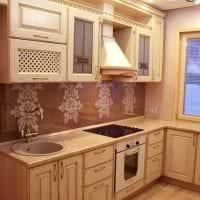 яркий дизайн бежевой кухни в стиле хай тек картинка