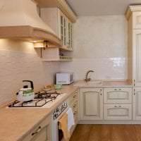 яркий дизайн бежевой кухни в стиле кантри картинка