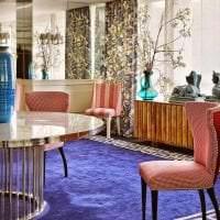 необычный интерьер гостиной в цвете фуксия фото