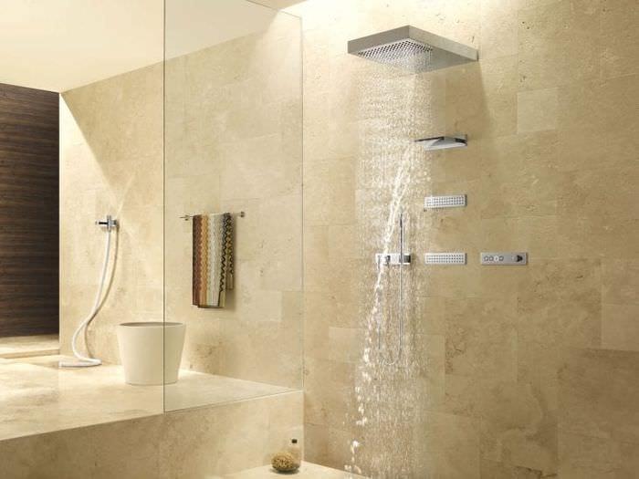 яркий дизайн ванной комнаты с душем в ярких тонах