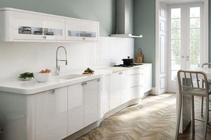 светлый фартук из плитки маленького формата с изображением в декоре кухни
