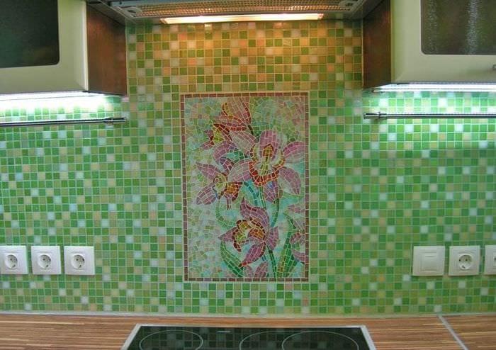 яркий фартук из плитки стандартного формата с изображением в дизайне кухни