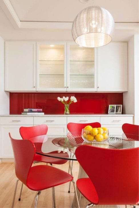 яркий интерьер белой кухни с оттенком зеленого